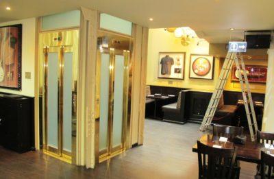 Pískované sklo na výtah Hard Rock Cafe Praha